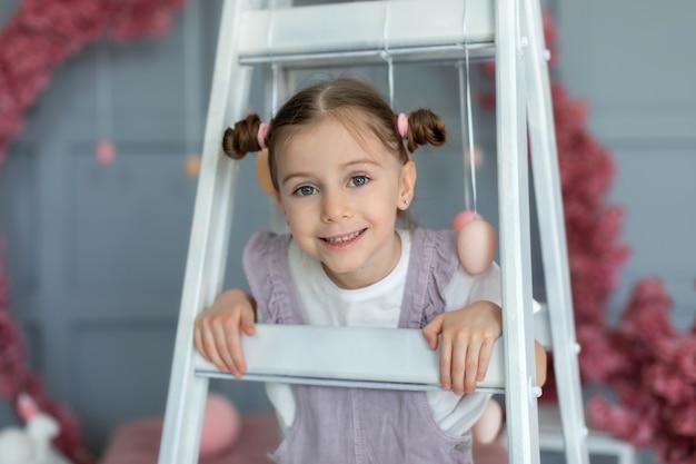 Portret glimlachend meisje met haarbroodjes close-up gezicht vrolijk meisje met bundels in haar haar