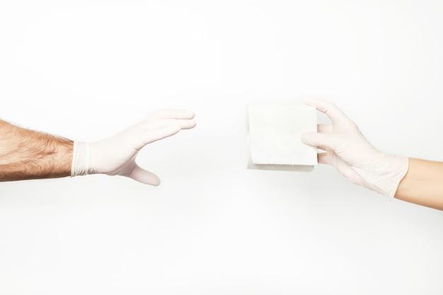 Portret hand met handschoen en wc-papier