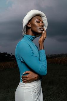 Portret het jonge vrouw stellen met hoed