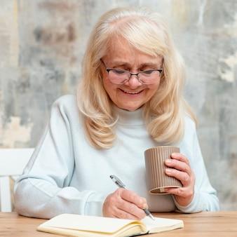 Portret het mooie oudere vrouw werken