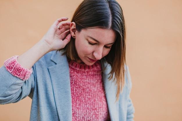 Portret in openlucht van een jonge mooie vrouw met het modieuze kleren stellen