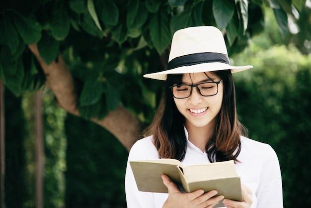 Portret jong meisje dat een boek leest