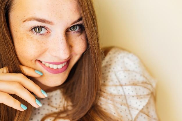 Portret jong meisje met perfecte schone sproeten huid