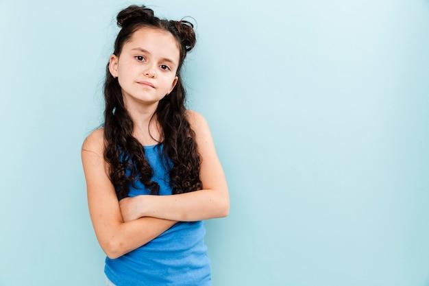 Portret jong meisje op blauwe achtergrond