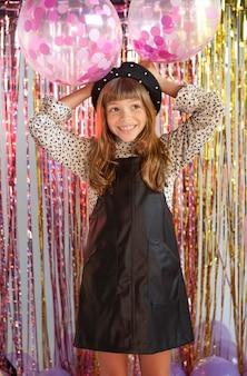 Portret jong meisje op feestje
