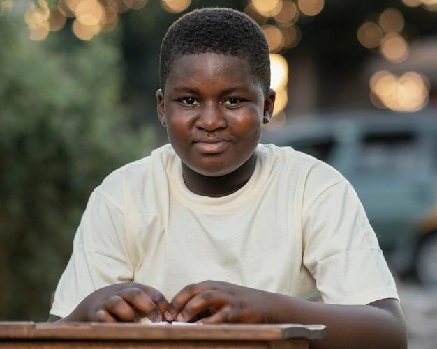 Portret jonge afrikaanse jongen