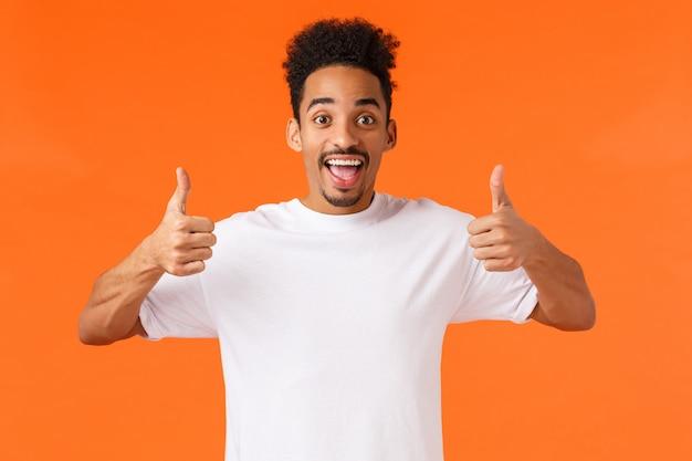 Portret jonge afro-amerikaanse man in wit t-shirt met gebaar.