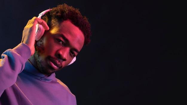 Portret jonge afro-amerikaanse man met koptelefoon