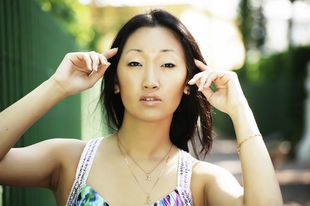 Portret jonge aziatische vrouw buiten