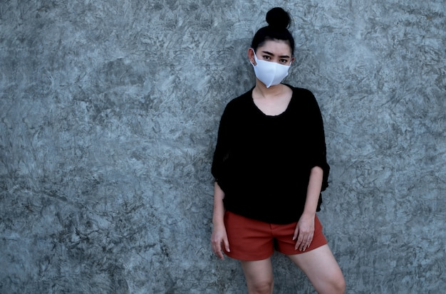 Portret jonge aziatische vrouw die dragend een masker