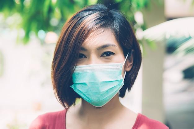 Portret jonge aziatische vrouw in gezichtsmasker.