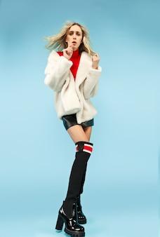 Portret jonge elegante vrouw van gemiddelde lengte bij studio. vrouwelijke mode en shopping concept