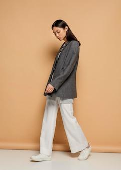 Portret jonge japanse vrouw met jas