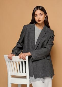 Portret jonge japanse vrouw met stoel