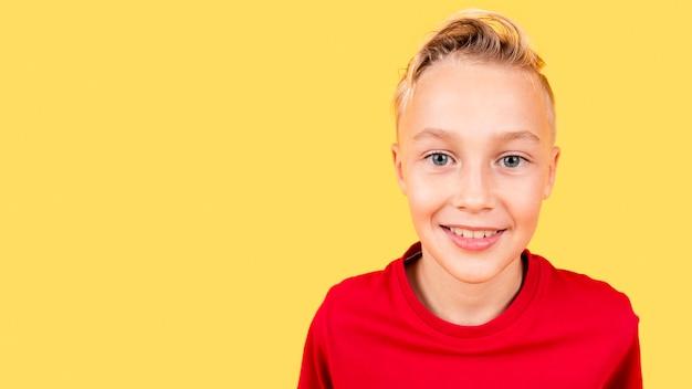 Portret jonge jongen met exemplaar-ruimte