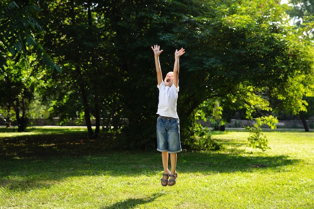 Portret jonge jongen springen