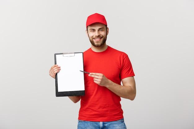 Portret jonge kaukasische knappe bezorger of koerier met een bevestiging documentformulier te ondertekenen.