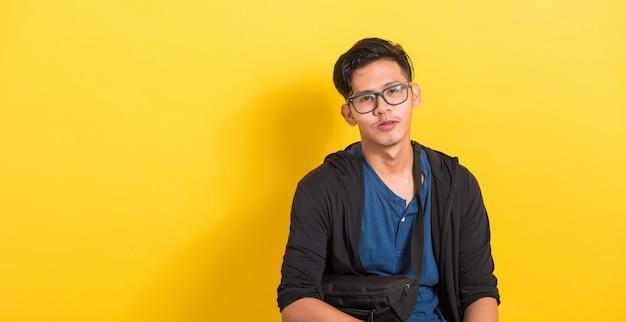 Portret jonge knappe man draagt een bril