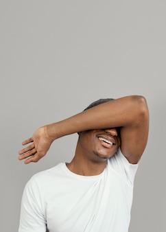 Portret jonge man met glb poseren