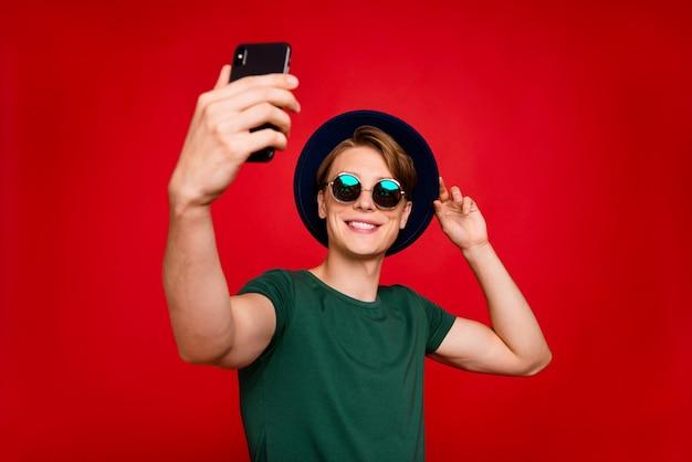 Portret jonge man met hoed