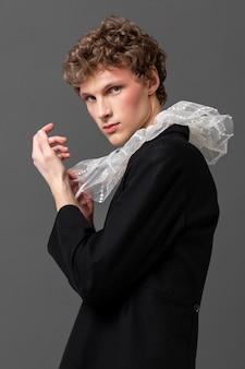 Portret jonge man met make-up en stijlvolle kleding