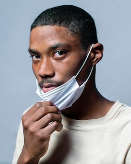 Portret jonge man met masker