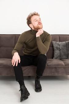 Portret jonge man op de bank