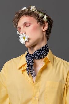 Portret jonge man poseren met bloemen krans