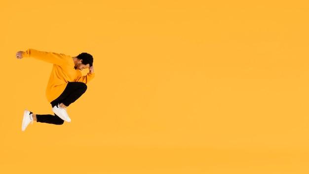 Portret jonge man springen met kopie ruimte