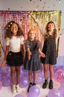 Portret jonge meisjes op feestje