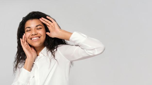 Portret jonge mooie vrouw lachend