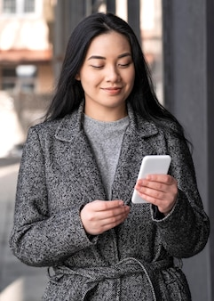 Portret jonge mooie vrouw met behulp van mobiel