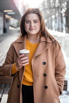 Portret jonge mooie vrouw met kopje koffie