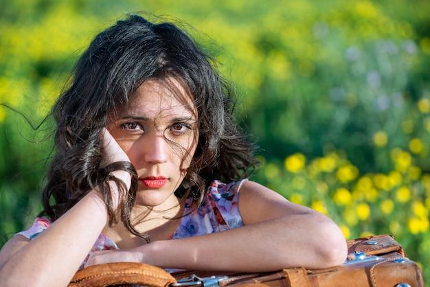 Portret jonge mooie vrouw, op groene zomer aard