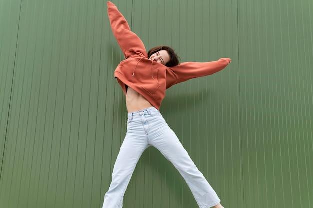 Portret jonge mooie vrouwelijke springen