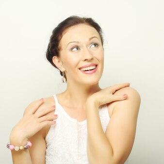Portret jonge succesvolle gelukkige vrouw