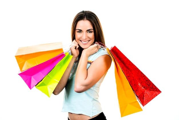 Portret jonge volwassen vrouw met gekleurde zakken