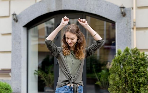 Portret jonge vrouw dansen