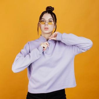 Portret jonge vrouw draagt een zonnebril