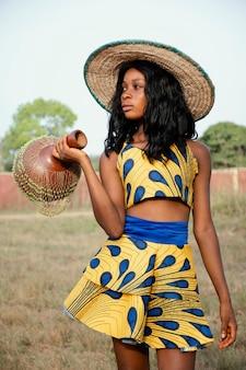 Portret jonge vrouw gekleed voor carnaval