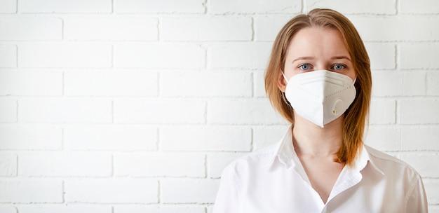Portret jonge vrouw in trendy medische gezichtsmasker en kopieer ruimte. covid-19 quarantaine levensstijl.