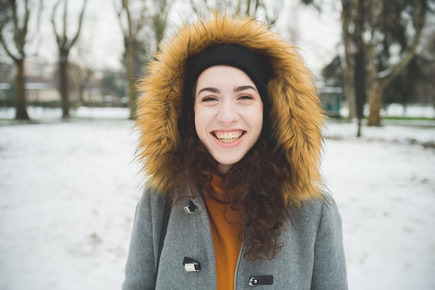Portret jonge vrouw lachend