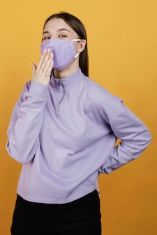 Portret jonge vrouw masker dragen Gratis Foto