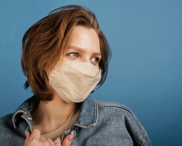 Portret jonge vrouw masker dragen