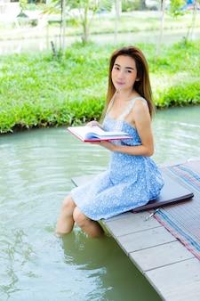 Portret jonge vrouw met agenda in park