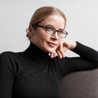 Portret jonge vrouw met een bril