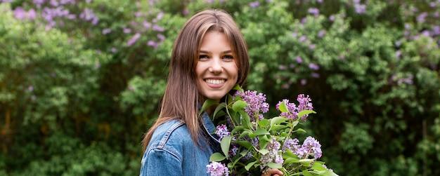 Portret jonge vrouw met lila takken