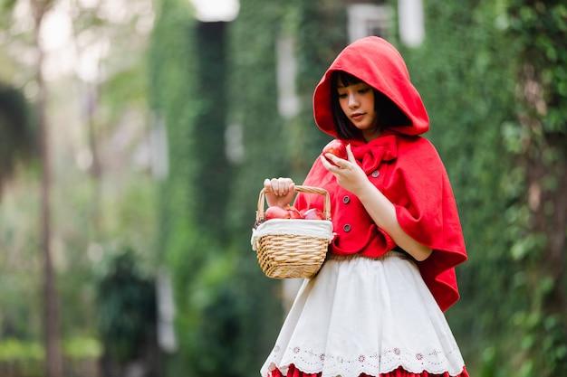 Portret jonge vrouw met little red