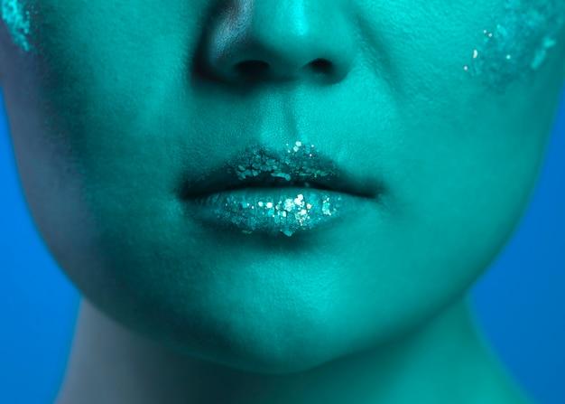 Portret jonge vrouw met make-up close-up