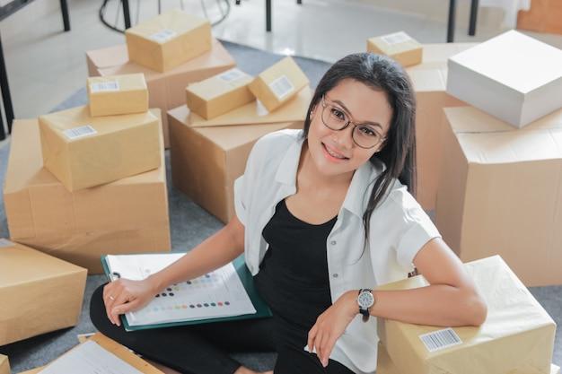 Portret jonge vrouw met online zaken die thuis werken